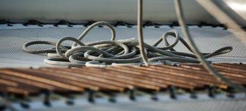 Gevlechte kabel op het dek van een jacht royalty-vrije stock afbeeldingen