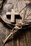 Gevlechte palm, kruis en kroon van doornen stock foto