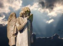 Gevleugeld engelenstandbeeld in kerkhof Stock Fotografie