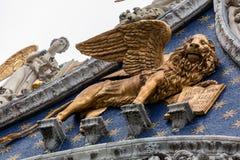 Gevleugelde gouden leeuw van St Teken Stock Foto's