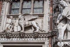 Gevleugelde leeuw, symbool van de stad, met de Doge Royalty-vrije Stock Afbeelding