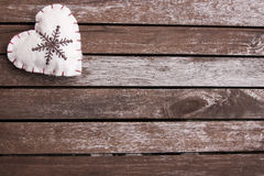 Gevoeld hart op houten oppervlakte Royalty-vrije Stock Afbeelding