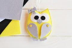 Gevoeld met de hand gemaakt uilstuk speelgoed Grijs, geel, zwart, gevoeld wit Witte achtergrond Hoogste mening Royalty-vrije Stock Foto's