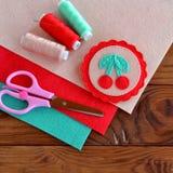 Gevoelde broche met rode kersen en groene bladeren Stock Afbeelding