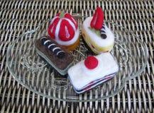 Gevoelde cakes op een duidelijke glasplaat Stock Fotografie