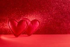 Gevoelde harten op rode achtergrond met bokeh De dagviering van Valentine of liefdeconcept De ruimte van het exemplaar gestemd stock afbeelding