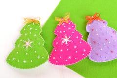 Gevoelde Kerstbomen Het met de hand gemaakte gevoelde Kerstbomenspeelgoed stelt voor stock foto