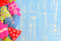 Gevoelde kleurrijke die ornamenten op een blauwe houten achtergrond met lege ruimte voor tekst op de rechterkant worden geplaatst Royalty-vrije Stock Afbeelding