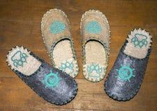 Gevoelde pantoffels op de vloer Stock Fotografie
