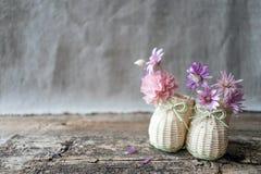 Gevoelig boeket van purpere en roze wildflowers in decoratieve mi royalty-vrije stock afbeelding