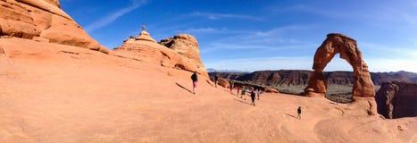 Gevoelig Boogpanorama, toeristen, Bogen NP, Moab Stock Afbeeldingen
