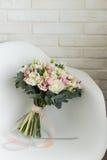 Gevoelig bruids boeket op een stoel Stock Afbeelding