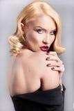 Gevoelig portret van een blonde vrouw met het krullen van haar Royalty-vrije Stock Foto's