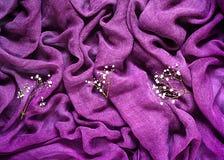 Gevoelige achtergrond met ultraviolette stoffentextuur met leuk wit bloemenornament, vakantieconcept en romantische achtergrond Royalty-vrije Stock Afbeelding