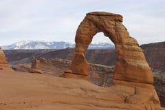 Gevoelige Boog met Bergen LaSalle op Achtergrond, het Nationale Park van Bogen, Utah Royalty-vrije Stock Foto's