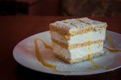 Gevoelige cake met slagroom en Apple-jam royalty-vrije stock fotografie