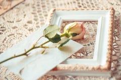 Gevoelige die samenstelling van rozen en fotokaders in roest worden verfraaid royalty-vrije stock foto