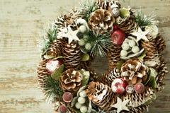 Gevoelige Kerstmiskroon van denneappels Royalty-vrije Stock Afbeelding