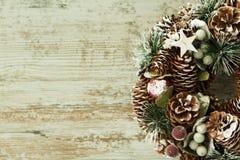 Gevoelige Kerstmiskroon van denneappels Stock Foto's