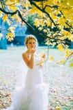 Gevoelige mooie bruid met een witte kleding Royalty-vrije Stock Foto
