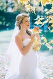 Gevoelige mooie bruid met een witte kleding Stock Fotografie