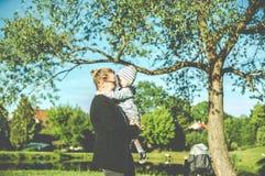 Gevoelige ogenblikken tussen moeder en haar kind stock foto's