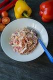 Gevoelige salade van witte kool, wortelen en groene paprika's verfraaid met greens en groenten Veggie schotel Juiste voeding stock afbeelding