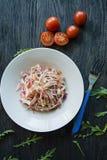 Gevoelige salade van witte kool, wortelen en groene paprika's verfraaid met greens en groenten Veggie schotel Juiste voeding royalty-vrije stock foto's