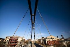 Gevoelige tubulaire en kabel voetbrug Stock Fotografie