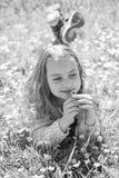 Gevoeligheidsconcept Het kind geniet de lente van zonnig weer terwijl het liggen bij weide met madeliefjebloemen Meisje op het gl royalty-vrije stock afbeeldingen