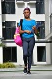 Gevoelloze Vrouwelijke Student Walking stock foto