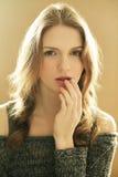 Gevoels modieus model met krullend haar Stock Foto's