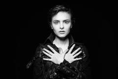 Gevoels zwart-wit portret van leuke jonge vrouw die leerjasje dragen royalty-vrije stock foto's