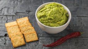 Gevoerd met chips en verse guacamole in een kom op een rustieke lijst Avocado van het dieet de vegetarische Mexicaanse voedsel royalty-vrije stock foto's