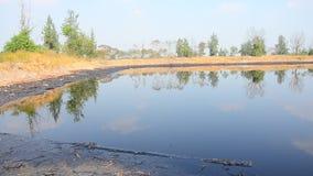 Gevolgen Milieu van Water met Chemische producten en olie wordt vervuild die stock videobeelden