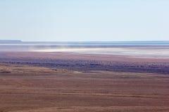 Gevolgen van Aral overzeese ecologische catastrofe Zout onweer in zandige zoute woestijn op de plaats van vroegere bodem van het  stock foto's