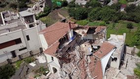 Gevolgen van een grondverschuiving in de stad van Chernomorsk, de Oekraïne Lucht Mening stock video