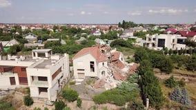 Gevolgen van een grondverschuiving in de stad van Chernomorsk, de Oekraïne De mening van het vogel` s oog stock video