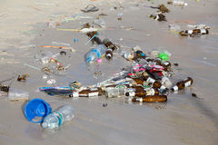 Gevolgen van zeewaterverontreiniging op het strand van Haad Rin na de volle maanpartij Koh Phangan, Thailand Stock Afbeelding