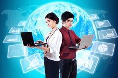 Gevorderde ondernemers met financiënstatistieken Royalty-vrije Stock Afbeeldingen