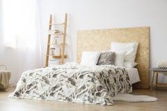 Gevormd bedsheets op kingsize bed royalty-vrije stock foto's