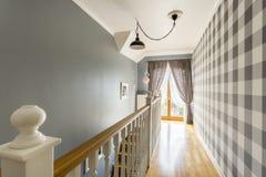 Gevormd behang in klassieke zaal royalty-vrije stock afbeelding