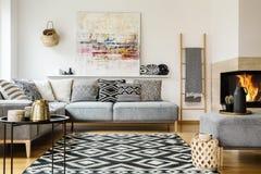 Gevormd tapijt in decoratief woonkamerbinnenland met paintin royalty-vrije stock afbeeldingen