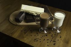 gevormde die chocolade bij de lijst en melkdranken wordt voorbereid royalty-vrije stock foto