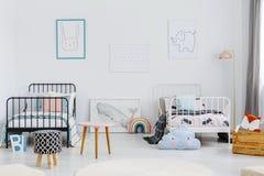Gevormde kruk in het ruime binnenland van de kinderenslaapkamer met post stock foto
