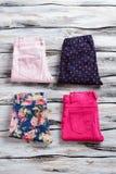 Gevouwen broeken van heldere kleur Stock Foto's