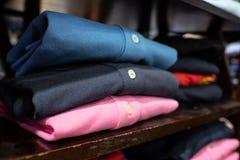 Gevouwen en blootgestelde overhemden van verschillende kleuren stock fotografie