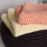 Gevouwen gebreide dekens in de mand stock afbeelding