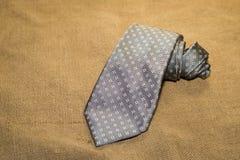 Gevouwen grijze band op het oude weefsel Stock Afbeelding