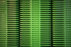 Gevouwen groene plastic containers bij opslag stock afbeeldingen